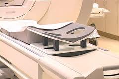 מכשיר MRI ובו מתקן לביצוע MRI שד